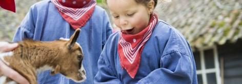Kinderen verzorgen dieren in de kinderboerderij van Center Parcs