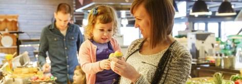 Ontbijt met Pasen, ouders en baby