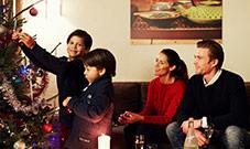 Weihnachtsbaum Familie mit Geschenken