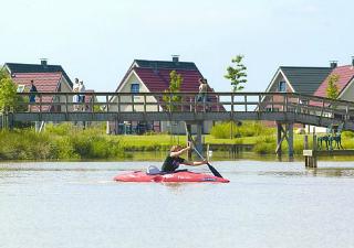 Rust en ruimte aan een glinsterend meer in Parc Sandur