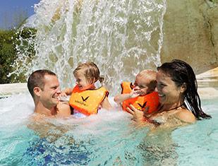 famille dans la piscine pendant les vacances scolaires