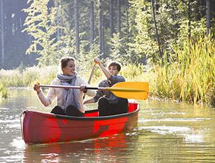 un couple en barque pendant les vacances scolaires