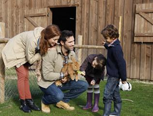 famille à la ferme pendant les vacances scolaires