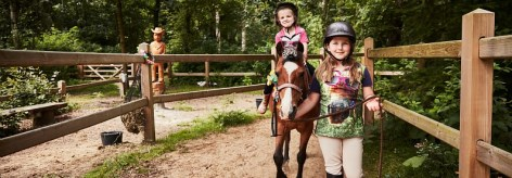 Les enfants monter un poney