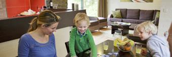 Kinder spielen im Ferienhaus