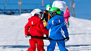 Kinder auf Skilift im Allgäu