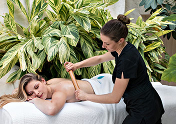 Een professionele massage in Deep Nature Spa